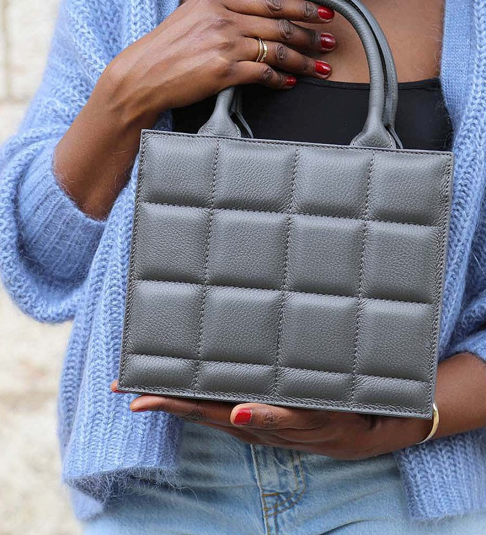 petit sac à main gris en cuir matelassé
