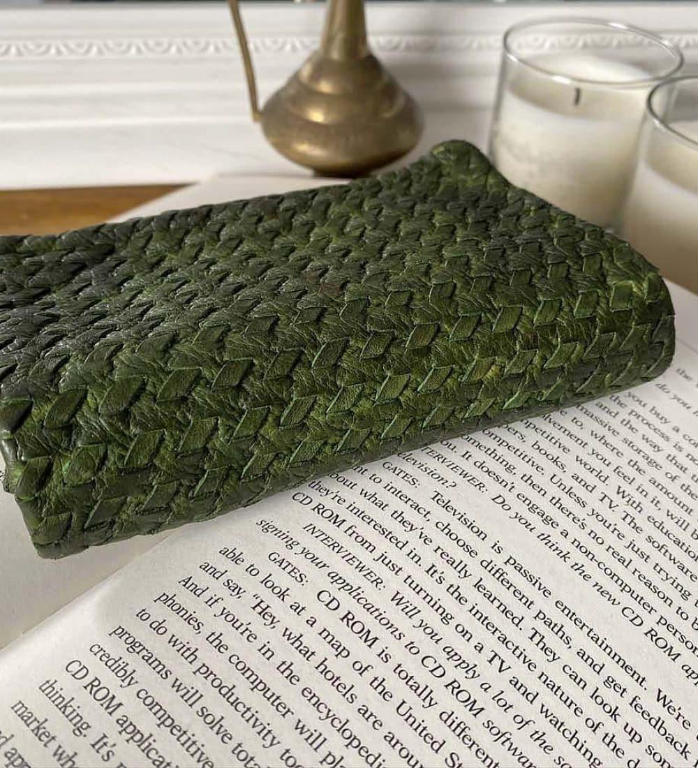 portefeuille-cuir-vert-tresse-harper-3