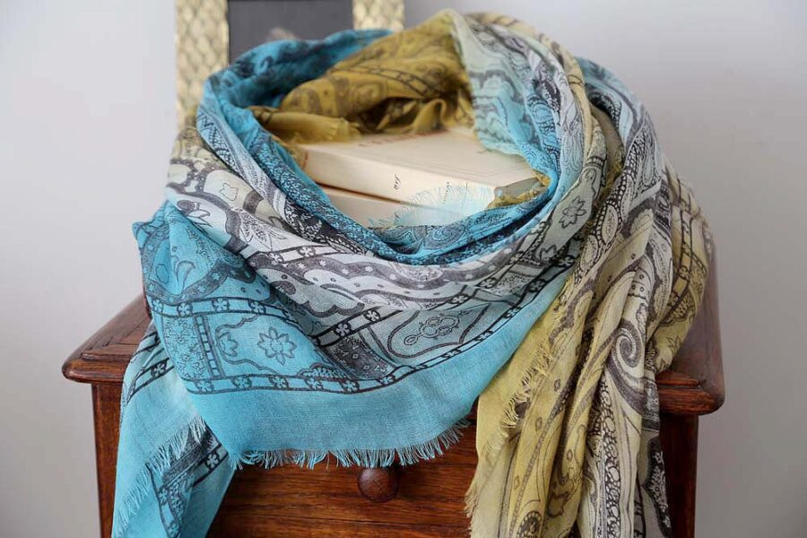 foulard-femme-jaune-bleu-imprime-calice-3