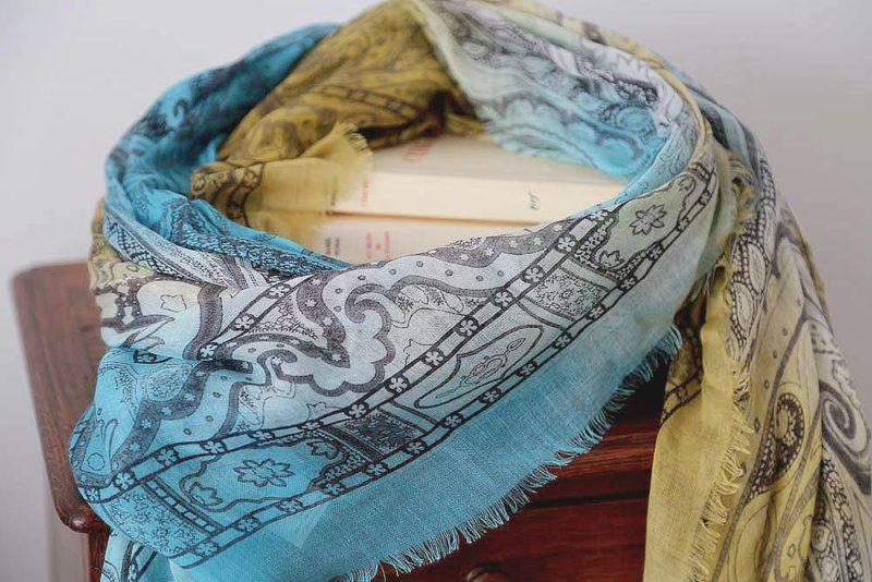 foulard-femme-jaune-bleu-imprime-calice-6