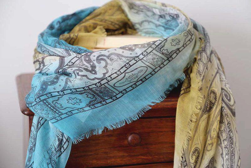 foulard-femme-jaune-bleu-imprime-calice-7