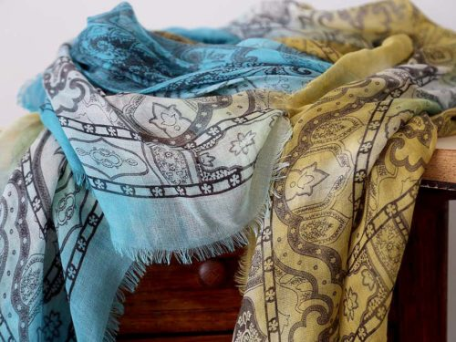 foulard-femme-jaune-bleu-imprime-calice-9