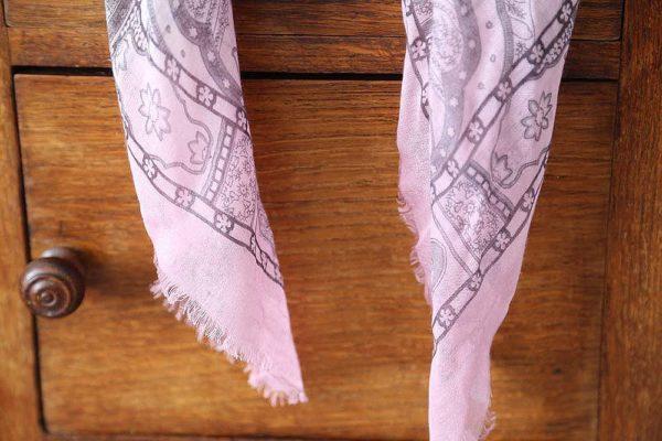 foulard-femme-rose-gris-imprime-calice-3