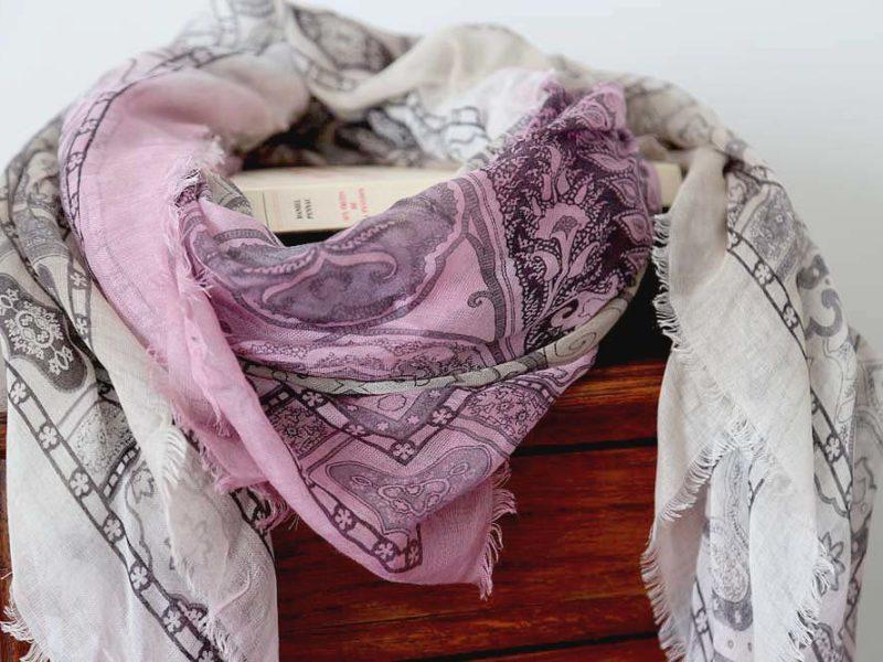 foulard-femme-rose-gris-imprime-calice-4