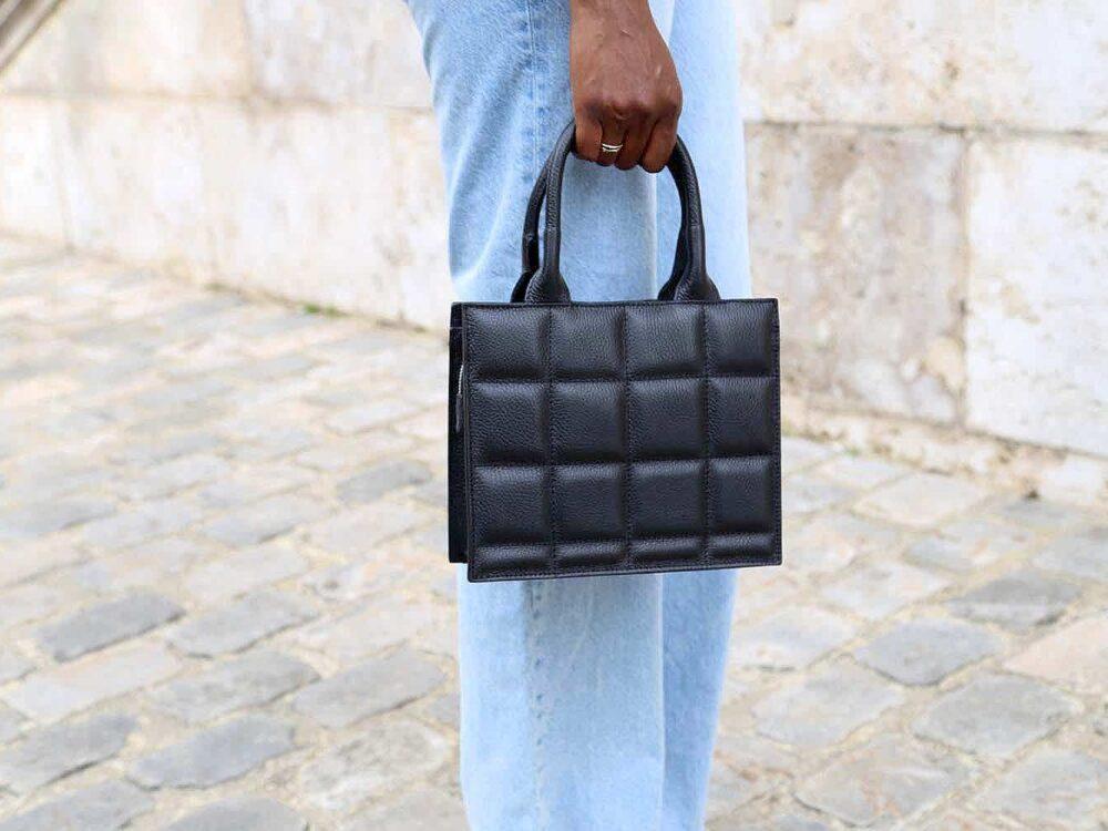 petit sac à main en cuir matelassé noir.