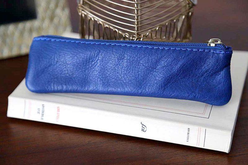 petite-trousse-cuir-bleu-electrique-romy